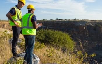 Mierniczy górniczy w odkrywkowym zakładzie górniczym